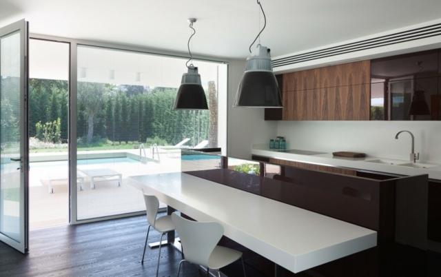 Küchenschränke-mit-Holzoptik-Swimming-Pool-Holzboden