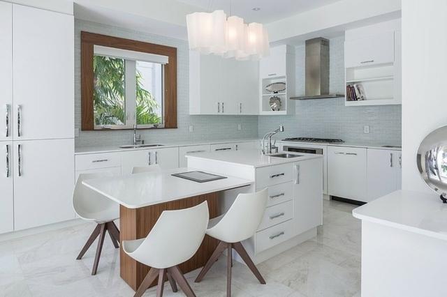 weiße-Küche-mit-moderner-Lampe-braune-Akzente